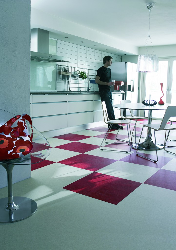 Marmoleum_click_RedWhite_kitchen_8cm